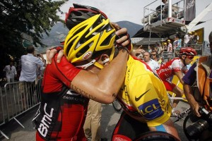 Cadel Evans got crushed on his first day in yellow. Here his teammate is either comforting him or trying to put him out of his misery.